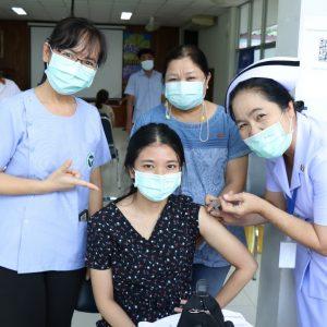 เจ้าหน้าที่ คปสอ.วังโป่ง ร่วมฉีดวัคซีนป้องกันเชื้อไวรัสโคโรนา
